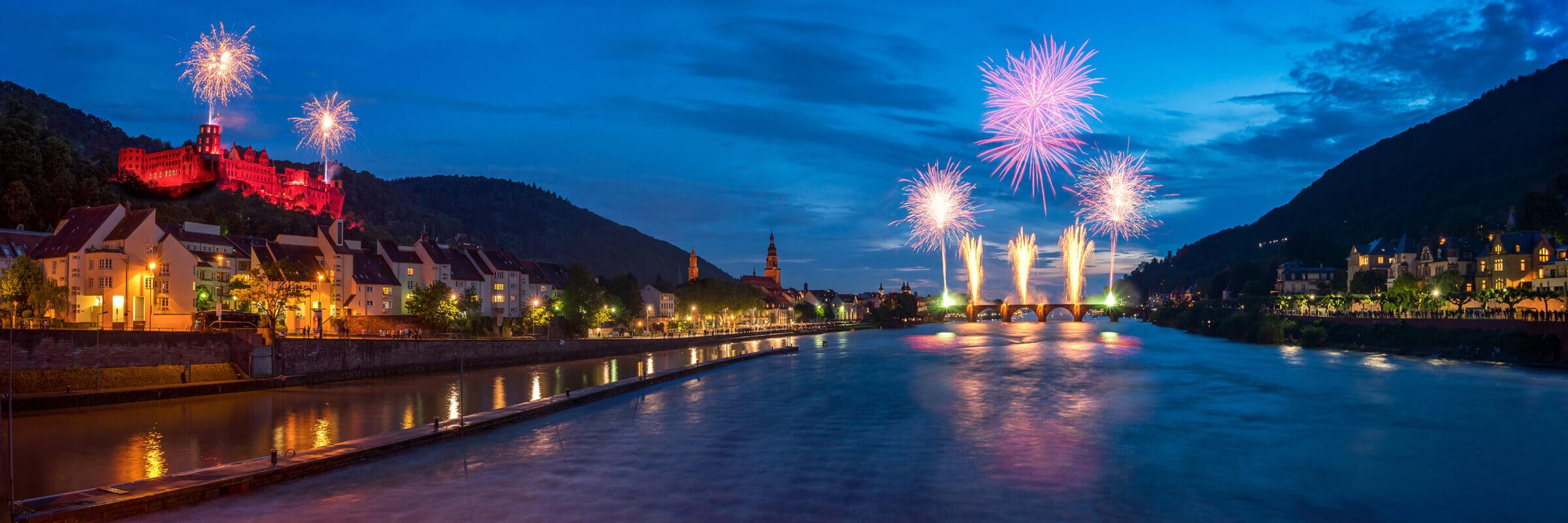 easybox beleuchtete Stadt am Abend mit gigantischen Feuerwerken